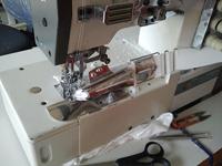 трикотажная плоскошовная двухигольная промышленная швейная машина Сируба с окантователем
