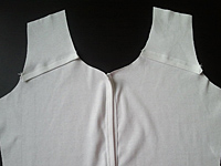 распошив кокеток на полочке футболки